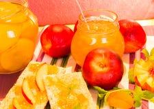 新鲜的桃子和桃子果酱 免版税库存照片