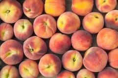 新鲜的桃子堆 免版税图库摄影