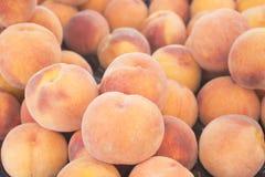 新鲜的桃子看法特写镜头  许多水多的桃子 夏天盘子市场农业农厂充分的有机桃子 图库摄影