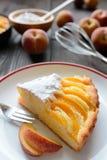 新鲜的桃子饼洒与在木背景的糖 库存照片