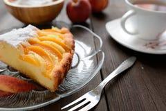 新鲜的桃子饼洒与在木背景的糖 库存图片