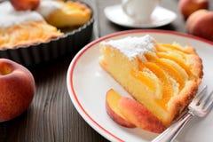 新鲜的桃子饼洒与在木背景的糖 免版税库存照片