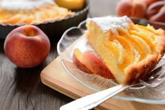 新鲜的桃子饼洒与在木背景的糖 图库摄影