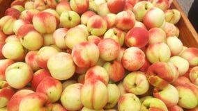 新鲜的桃子,被列出 免版税库存照片
