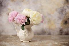 新鲜的桃红色牡丹在年迈的木背景开花 与拷贝空间的正面图 葡萄酒定了调子图象 免版税库存照片