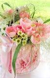 新鲜的桃红色花花束在花瓶的 免版税库存照片