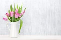 新鲜的桃红色郁金香开花花束 免版税库存图片