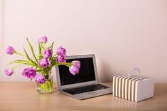 新鲜的桃红色郁金香花束 免版税库存照片