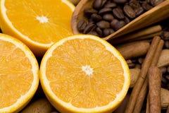 新鲜的桔子、咖啡和桂香 免版税库存照片