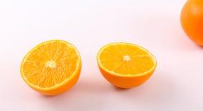 新鲜的桔子划分了成两个一半 库存图片