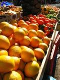 新鲜的桔子和其他水果摊在海法市场上 免版税图库摄影