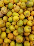 新鲜的桔子在市场上 库存图片