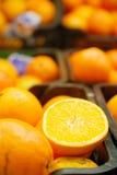 新鲜的桔子在超级市场 库存图片
