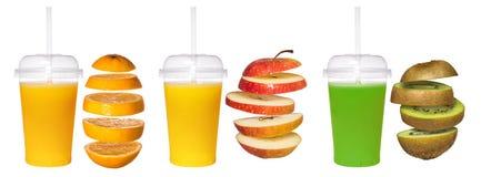新鲜的桔子,苹果,在一块透明玻璃的猕猴桃汁液与管 免版税库存照片