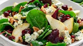 新鲜的梨,与菜绿色混合,核桃,蔓越桔的青纹干酪沙拉 健康的食物 库存图片