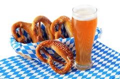 新鲜的椒盐脆饼和啤酒在蓝色白色巴法力亚餐巾 Oktoberfes 免版税库存图片