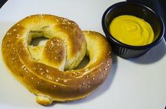 新鲜的椒盐脆饼和黄色芥末 免版税库存图片