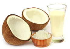 新鲜的椰子用在玻璃的牛奶 免版税库存图片