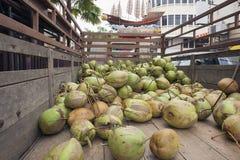 新鲜的椰子送货卡车 库存图片