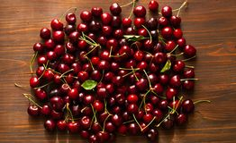 新鲜的樱桃 在木背景,甜食物的樱桃在夏天 平的位置,拷贝空间,特写镜头 免版税库存图片
