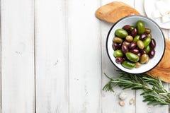 新鲜的橄榄用草本 免版税库存图片