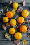 新鲜的橘子结果实与在木桌上的叶子 成熟 库存照片