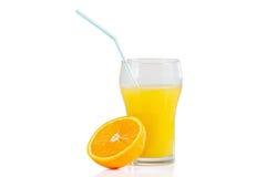 新鲜的橙汁和在白色背景的橙色一半玻璃与秸杆的 库存图片