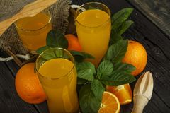 新鲜的橙汁用在一个玻璃碗的薄菏在一块黑暗的板材 在黑暗的背景的橙汁,顶视图,拷贝空间 图库摄影