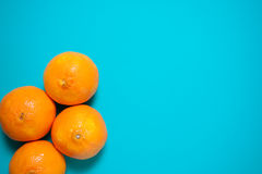 新鲜的橙色果子和汁液在蓝色背景桌上 免版税库存照片