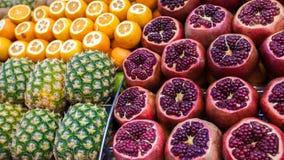 新鲜的水多的五颜六色的果子在市场 库存照片
