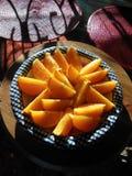新鲜的水多的切的加利福尼亚桔子 免版税库存照片