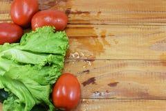 新鲜的水多的红色蕃茄、黄瓜和莴苣 免版税库存图片