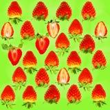 新鲜的水多的草莓的样式在绿色背景的 库存照片