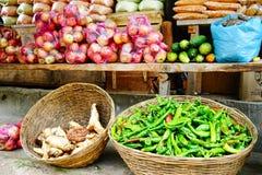 新鲜的水果和蔬菜在地方市场上 免版税库存照片
