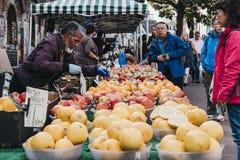 新鲜的水果和蔬菜在销售中在一个街市上在Shoreditch,东伦敦 库存图片