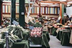 新鲜的水果和蔬菜在销售中在自治市镇市场,伦敦上 库存图片