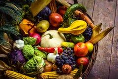 新鲜的水果和蔬菜堆在篮子 库存图片