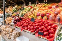 新鲜的水果和蔬菜市场大选择  各种各样的五颜六色的新鲜的水果和蔬菜 新鲜和有机 免版税图库摄影
