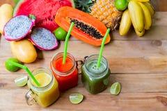 新鲜的汁液圆滑的人用热带水果 库存图片