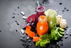 新鲜的汁液圆滑的人颜色菜瓶 库存照片