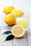新鲜的汁液柠檬 免版税库存图片