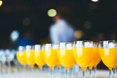 新鲜的汁液桔子 承办的饮料 免版税库存图片