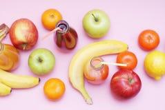 新鲜的汁液红色绿色黄色热带水果草莓苹果计算机猕猴桃橙色香蕉杉木苹果计算机石榴葡萄选择聚焦马胃蝇蛆 免版税库存图片