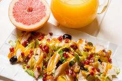 新鲜的沙拉和汁液 免版税库存照片