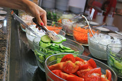 新鲜的沙拉在餐馆 免版税库存图片