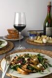 新鲜的沙拉梨,戈贡佐拉乳酪,芝麻菜,核桃 免版税库存图片