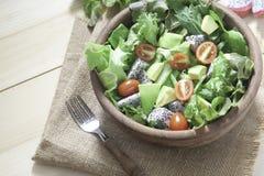 新鲜的沙拉用在木碗的鲕梨 健康生活方式Conce 库存照片
