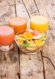 新鲜的沙拉用在玻璃碗的果子在木桌上 免版税库存图片