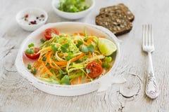 新鲜的沙拉用夏南瓜和红萝卜在葡萄酒板材 库存照片