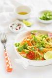 新鲜的沙拉用夏南瓜和红萝卜在葡萄酒板材 库存图片